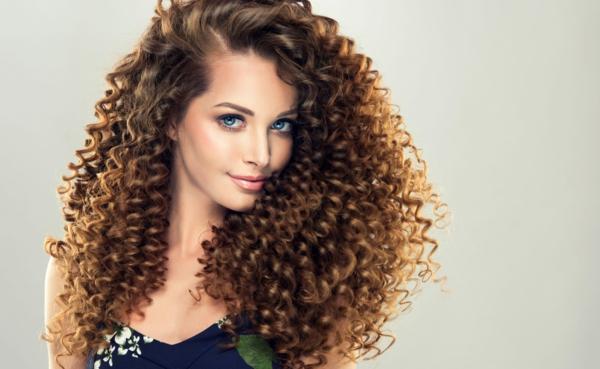 Krause Haare Pflege schöne glänzende Locken