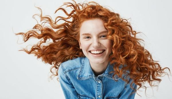 Krause Haare nachtsüber pflegen Seidenkissenbezug benutzen