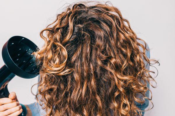 Krause Haare waschen und mit Difuseraufsatz föhnen
