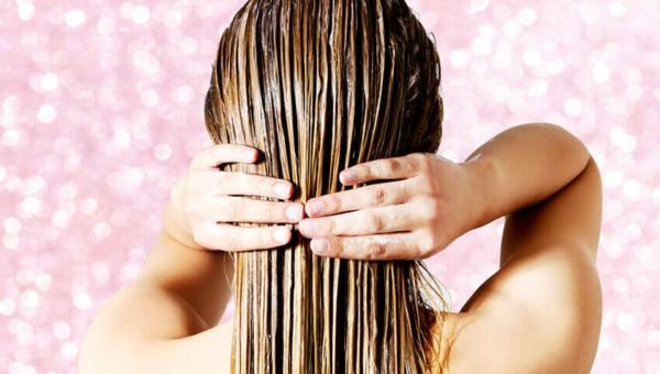 Krause Haare waschen und unter der Dusche entwirren