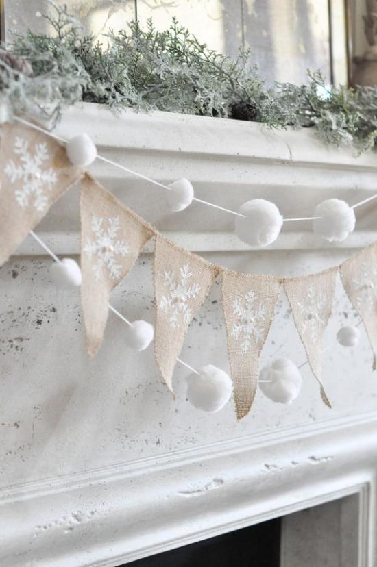 Schneebälle Winterdekoration Girlande aus künstlichen Schneekugelt verziert den Kaminsims
