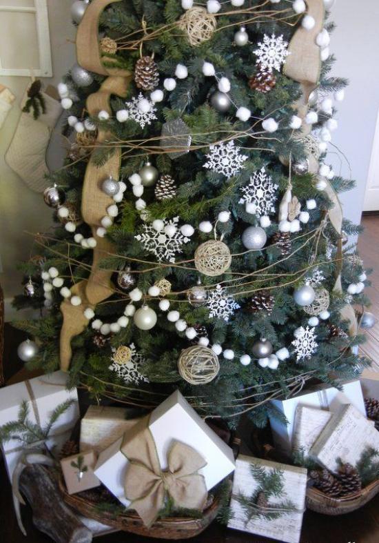 Schneebälle Winterdekoration Girlanden Schneeflocken Weihnachtskugeln toll geschmückter Christbaum