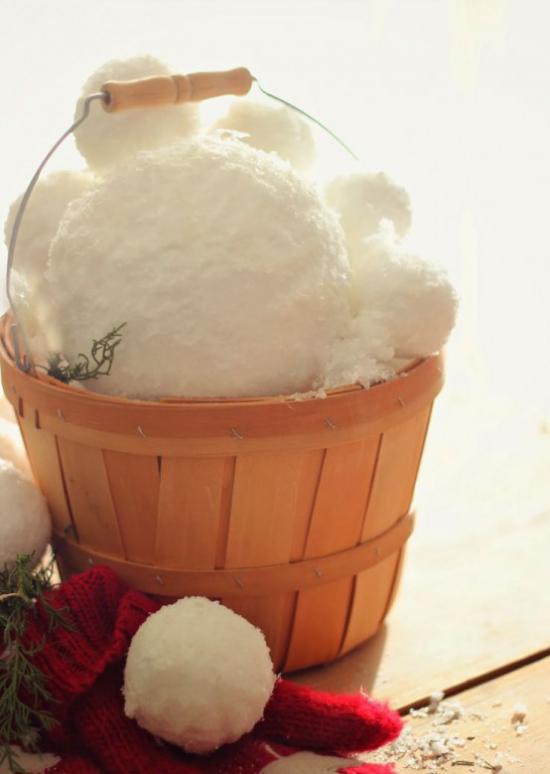 Schneebälle Winterdekoration Holzeimer voll mit Schneebällen roter Handschuh