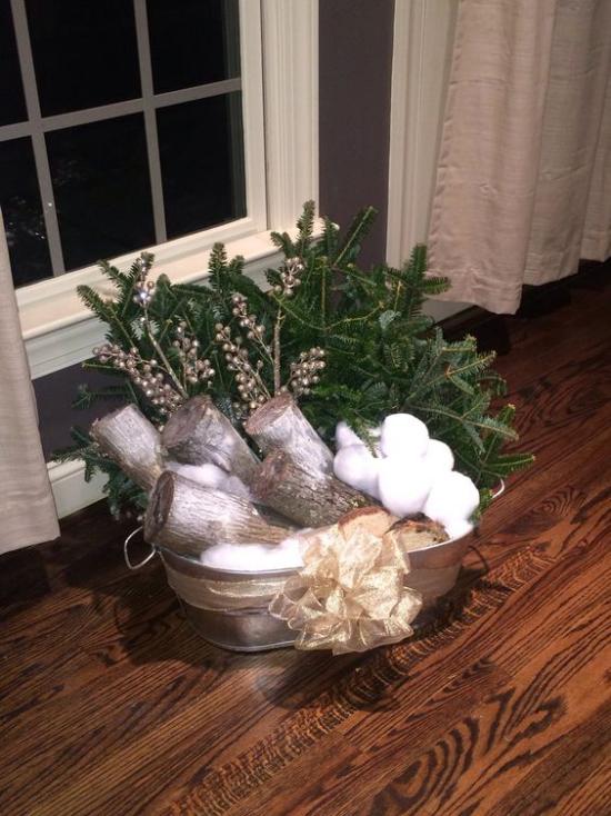 Schneebälle Winterdekoration Kombination aus Kunstschnee Brennholz Tannengrün