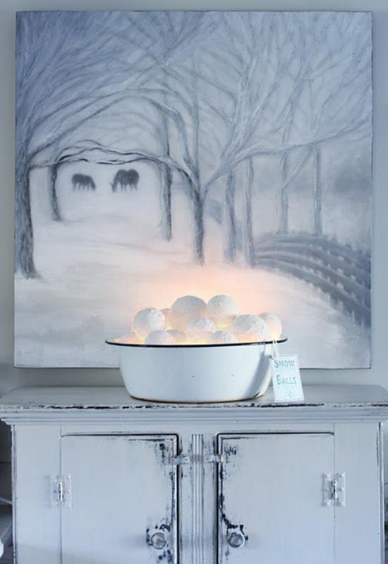 Schneebälle Winterdekoration alte Schüssel leuchtende Schneekugeln darin Magie des Winters