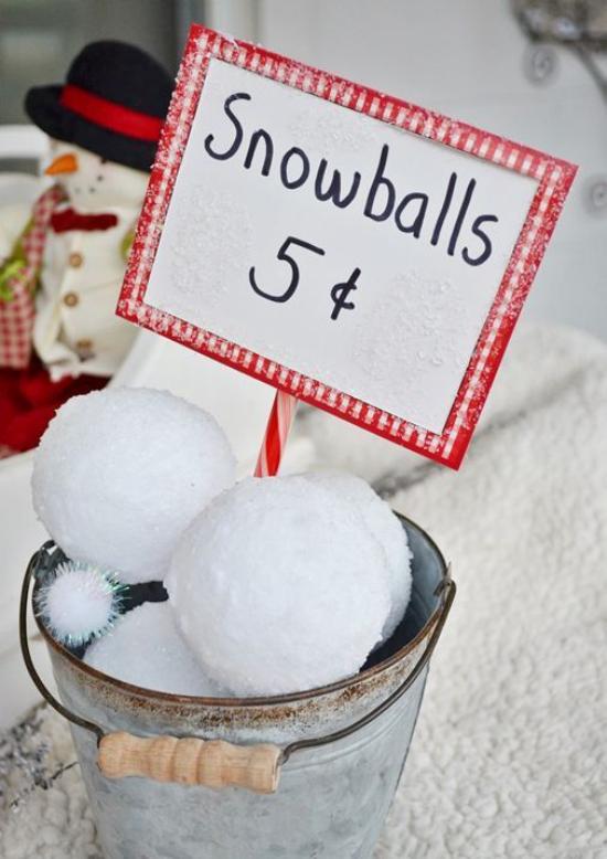 Schneebälle Winterdekoration alter Eimer voll mit künstlichen Schneekugeln