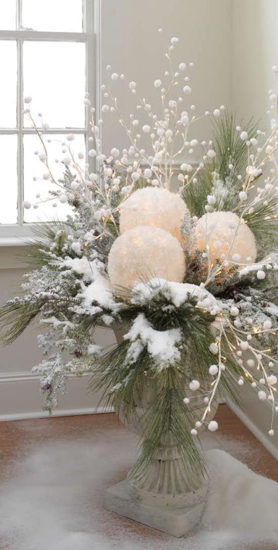 Schneebälle Winterdekoration beleuchtet mit grünen Tannenzweigen Kunstschnee