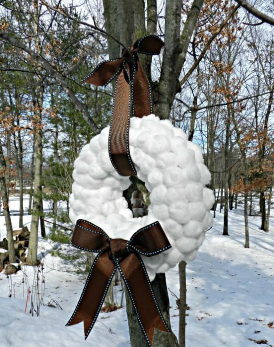 Schneebälle Winterdekoration ein Kranz mit schokoladenbrauner Schleife Winterdeko draußen