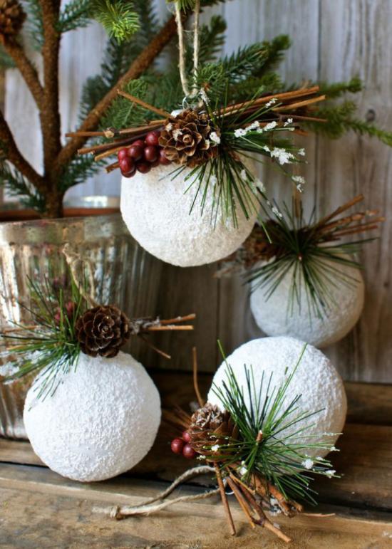 Schneebälle Winterdekoration künstliche Schneekugeln mit Zapfen Tannengrün Beeren verzieren