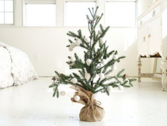 Schneebälle Winterdekoration kleiner Christbaum im Sack mit weißen Kugeln verziert