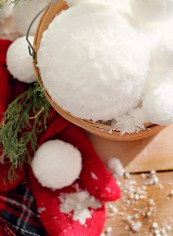 Schneebälle Winterdekoration schneeweiße Bälle im Eimer roter Handschuh grüner Tannenzweig großer visueller Effekt