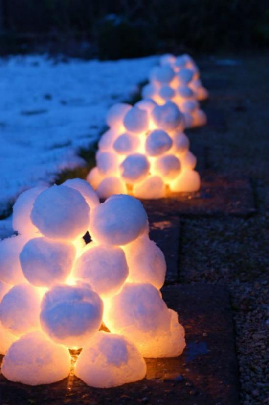 Schneebälle Winterdekoration traumhaftes Arrangement mit leuchtenden Schneekugeln für draußen ideen