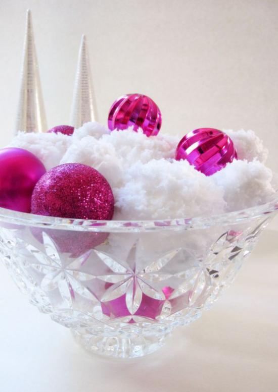 Schneebälle Winterdekoration weiße Schneekugeln lila Weihnachtskugeln viel Glitzer in einer Kristallschüssel