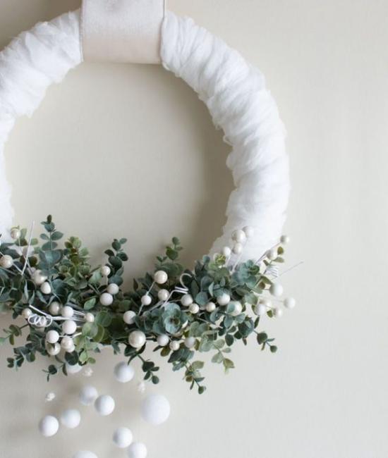 Schneebälle Winterdekoration weißer Weihnachtskranz Eukalyptusblätter kleine schneeweiße Kugeln