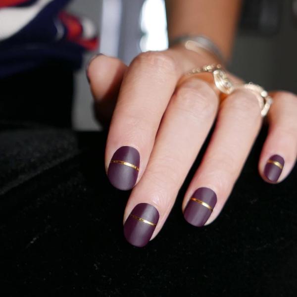 Silvester Nägel – Ideen und Anleitungen für eine glanzvolle Maniküre dunkel lila gold streifen