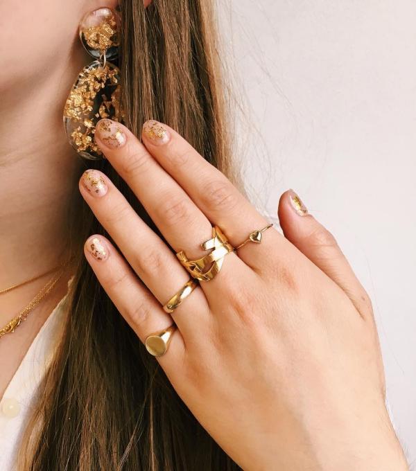 Silvester Nägel – Ideen und Anleitungen für eine glanzvolle Maniküre gold party nägel schmuck kombi
