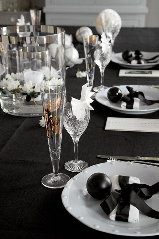 Silvester feiern zu Hause Schwarz bevorzugte Farbe Tischdecke Dekoration weißes Porzellan Kristallgläser