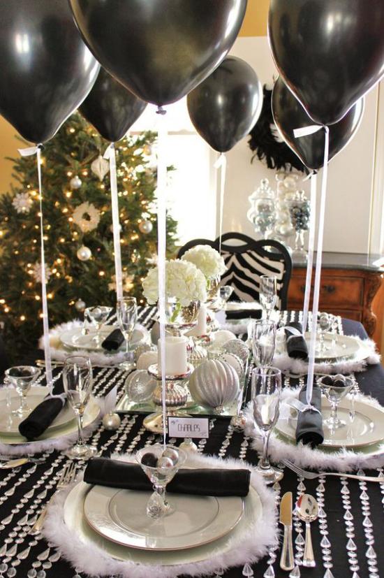Silvester feiern zu Hause Silvesterfeier kreative Deko Ideen schwarze Ballons viel Glanz und Glitzer