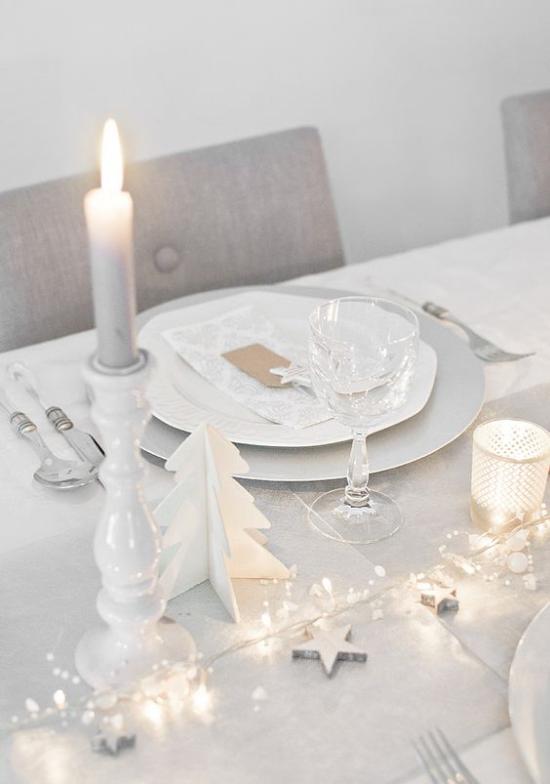Silvester feiern zu Hause Traubengrau und Weiß Lichter Tischdekoration weiße Kerze
