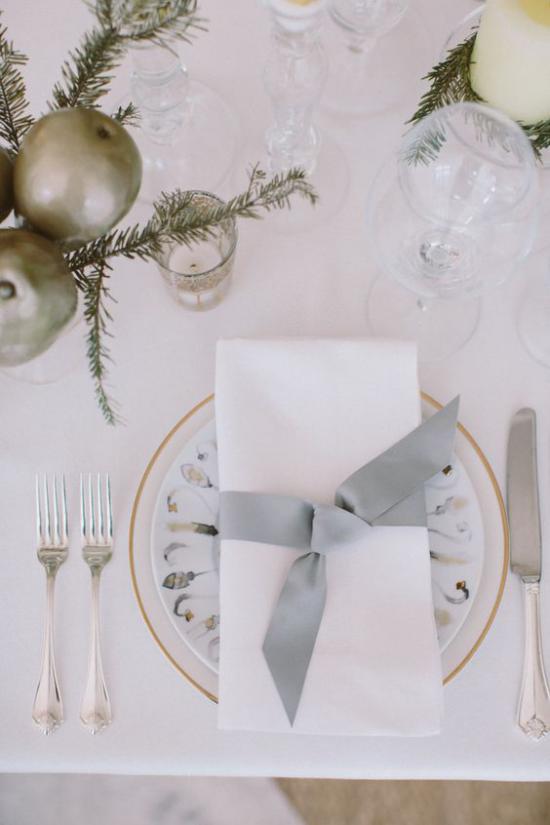 Silvester feiern zu Hause dezent und elegant weiße Serviette graues Band