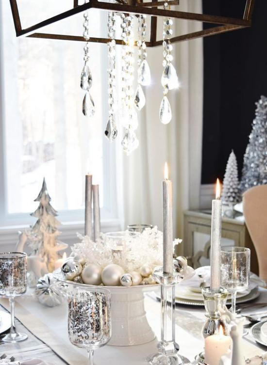 Silvester feiern zu Hause festlich gedeckter Tisch hängende Kristalle glitzernde Gläser Kerzen tolles Arrangement in der Tischmitte in Silber
