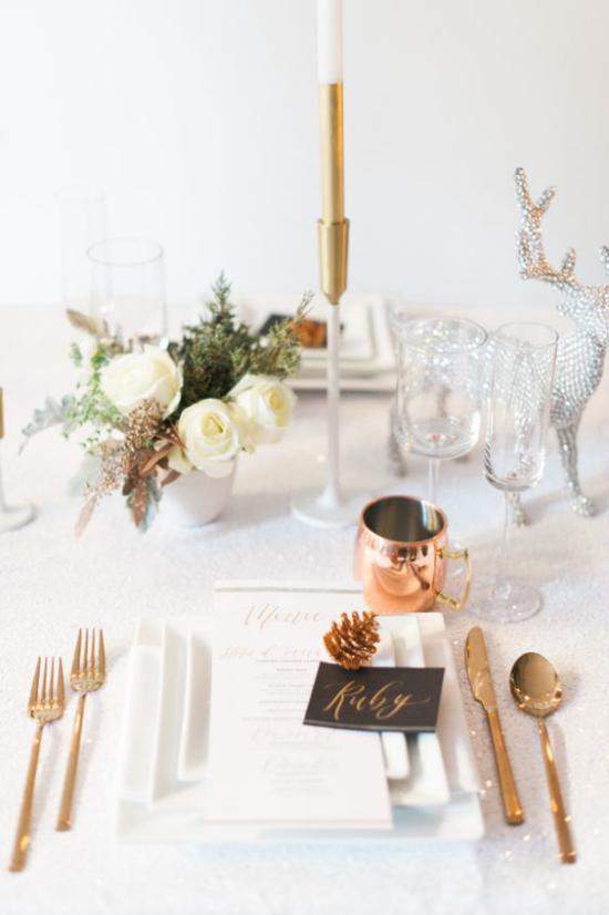 Silvester feiern zu Hause festlich gedeckter Tisch mit Stil feiern Kristallgläser Kerzenhalter feines besteck