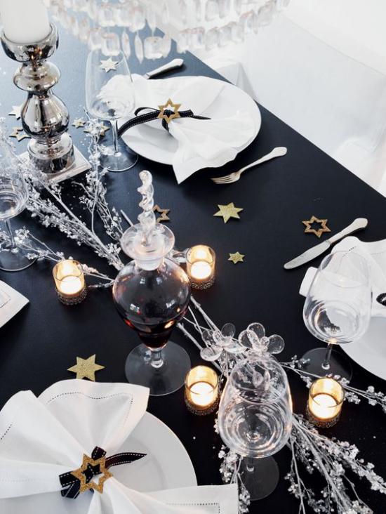 Silvester feiern zu Hause festlich gedeckter Tisch schwarze Tischdecke weißes Service weiße Servietten schöner Kontrast