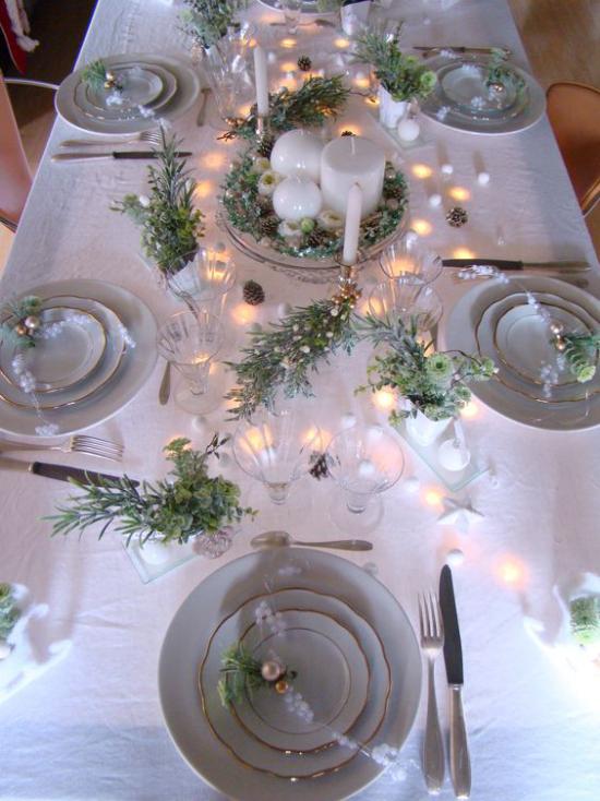 Silvester feiern zu Hause festlich gedeckter Tisch weiße Tischdecke Porzellanservice kleine Lichter grüne Rosmarinzweige
