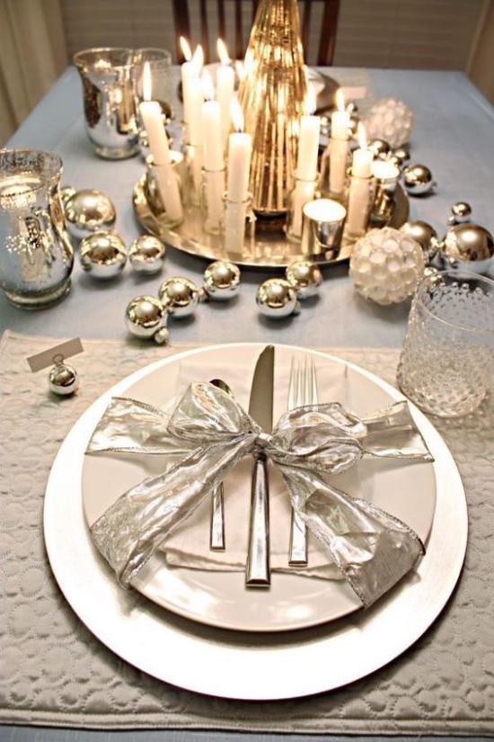 Silvester feiern zu Hause glänzender Tisch viele Kerzen schöne Deko