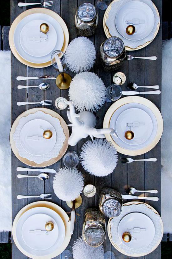 Silvester feiern zu Hause grauer Tisch schönes Porzellanservice glamouröse Silvesterparty arrangieren