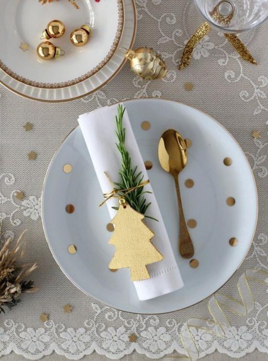 Silvester feiern zu Hause kleine glänzende Akzente Löffel kleine Kugeln ein Muss in der Tischdeko zu Silvester