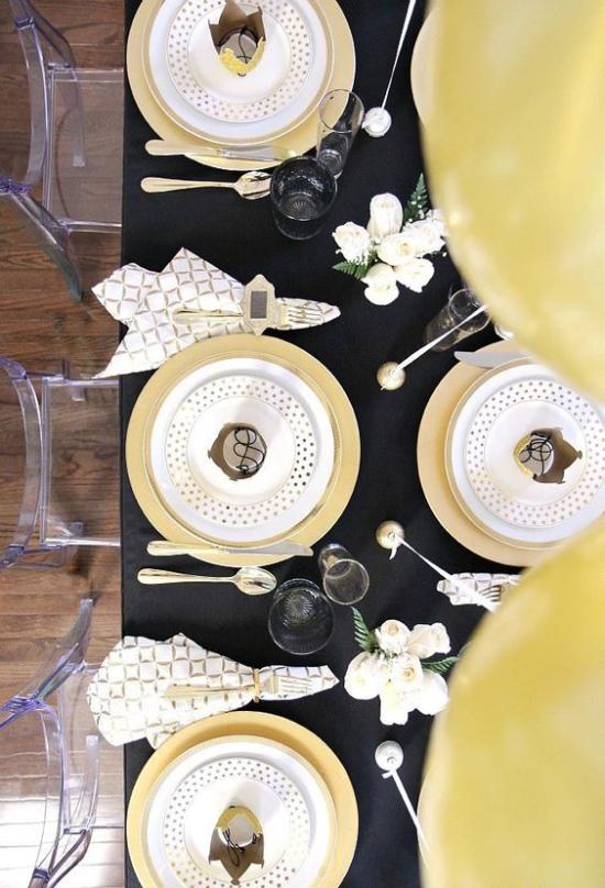 Silvester feiern zu Hause schön gedeckter Tisch Schwarz und Goldgeld herrliches Farbduo
