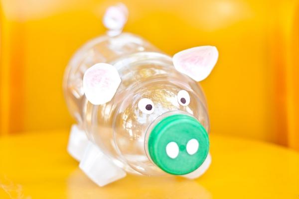 Sparschwein basteln – So haben Sie zu Silvester bestimmt Schwein spardose plastikfasche einfach lustig