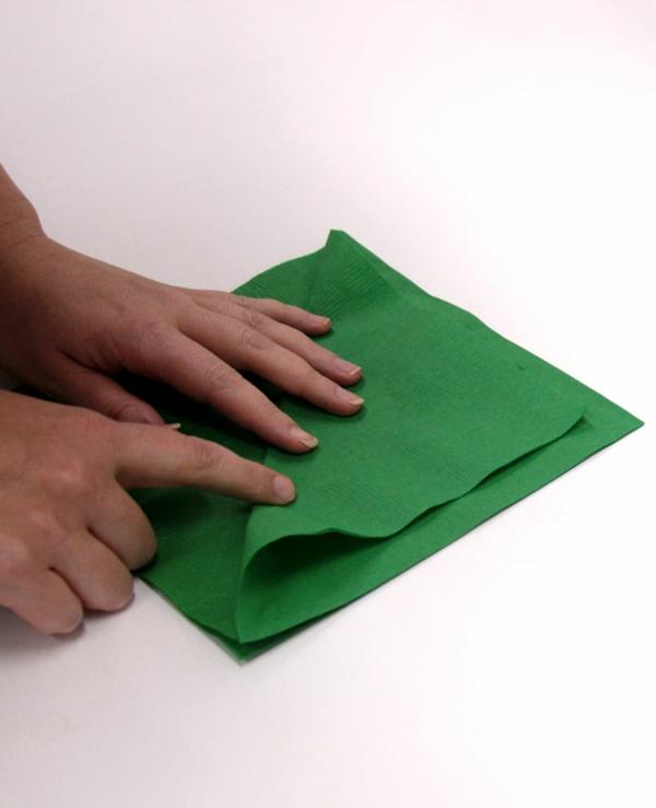 Tannenbaum Servietten falten Papierserviette Anleitung Schritt 1