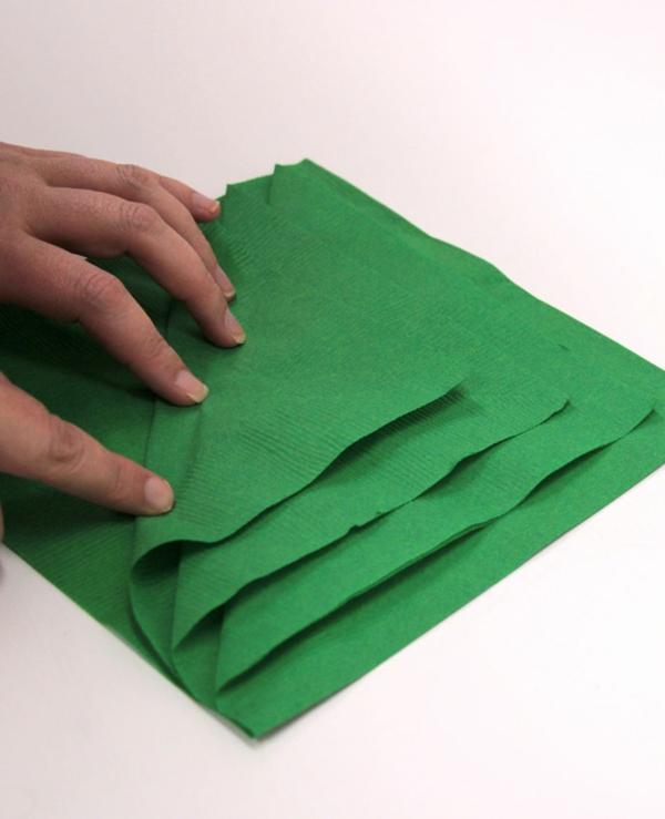 Tannenbaum Servietten falten Papierserviette Anleitung Schritt 2