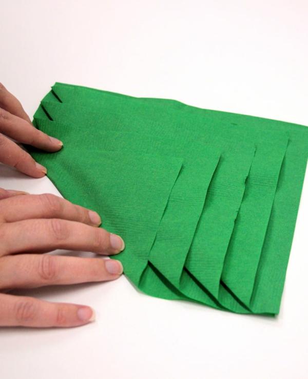 Tannenbaum Servietten falten Papierserviette Anleitung Schritt 3
