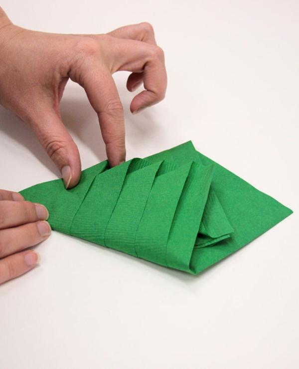 Tannenbaum Servietten falten Papierserviette Anleitung Schritt 4