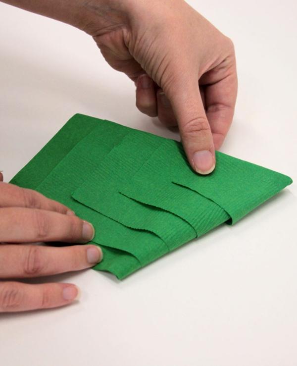 Tannenbaum Servietten falten Papierserviette Anleitung Schritt 5