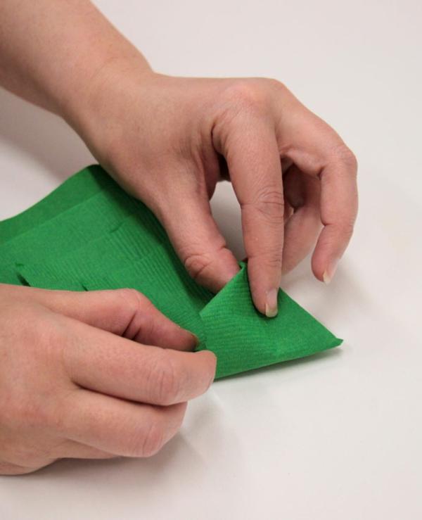 Tannenbaum Servietten falten Papierserviette Anleitung Schritt 6