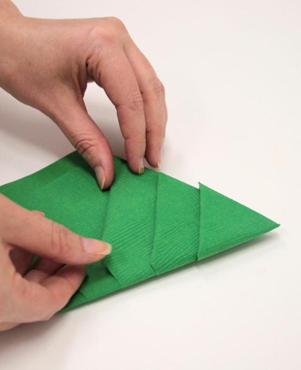 Tannenbaum Servietten falten Papierserviette Anleitung Schritt 7
