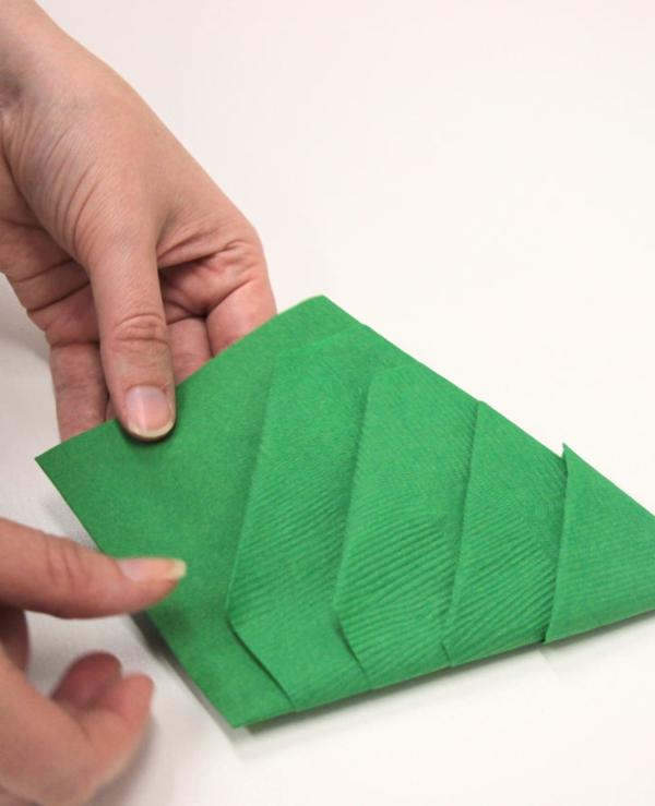 Tannenbaum Servietten falten Papierserviette Anleitung Schritt 8