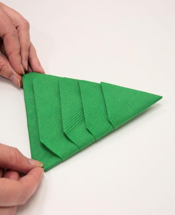Tannenbaum Servietten falten Papierserviette Anleitung Schritt für Schritt