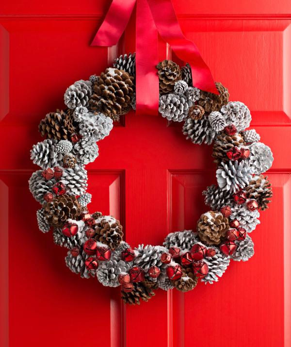 Tannenzapfen Winterdeko Weihnachtskranz rote Tür rote Schleifen Zapfen weiß gefärbz naturbelassen