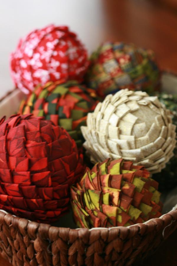 Tannenzapfen Winterdeko bunt bemalte Zapfen in einer Schüssel arrangiert