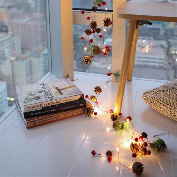 Tannenzapfen Winterdeko winterliche Lichterkette tolle Dekoidee am Fenster hängend auf dem Boden