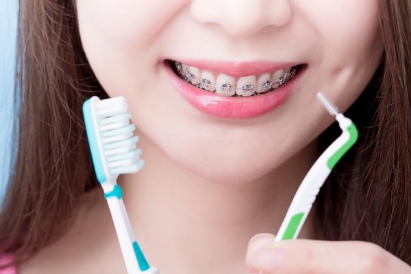 Συμβουλές για υγιή ούλα και ένα όμορφο χαμόγελο Βουρτσίστε και ξεπλύνετε υγιή