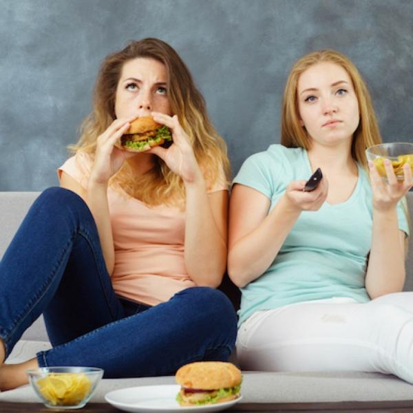 Was ist achtsames Essen und warum ist es wichtig achtlos essen fernsehen