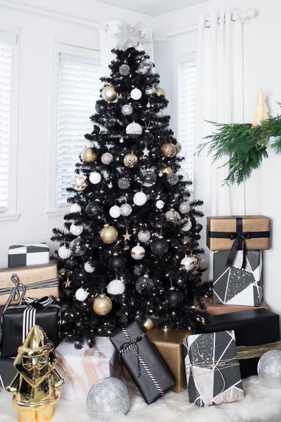 Weihnachtsdeko in Gold und Schwarz Tannenbaum weiße goldene und schwarze Ornamente verpackte Geschenke