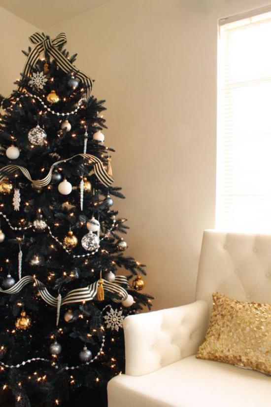 Weihnachtsdeko in Gold und Schwarz dunkelgrüner Tannenbaum perfekter Hintergrund für goldgelbe und silberne Ornamente
