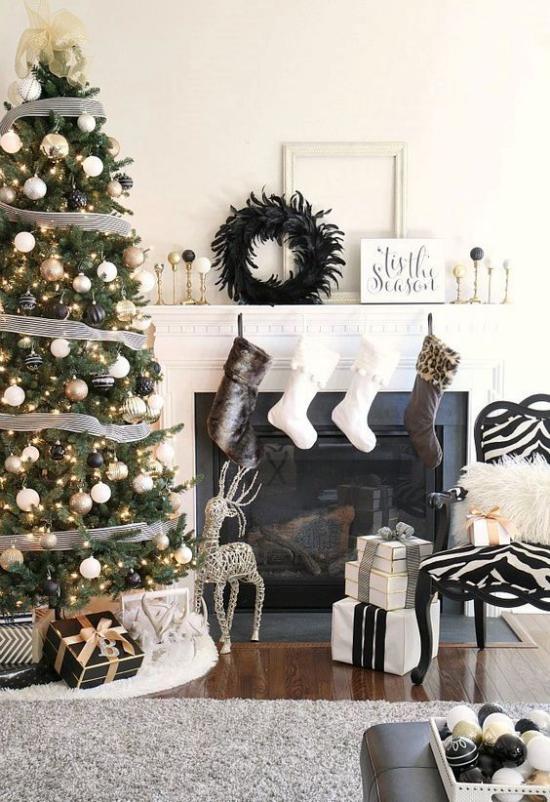 Weihnachtsdeko in Gold und Schwarz festlich geschmückter Tannenbaum Kamin schwarze Nikolausstiefel